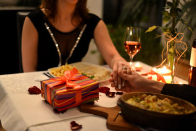 パパ活動で食事している女性